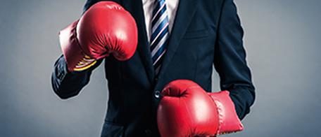 Grafik Schlagfertigkeit Anzugträger mit Boxhandschuhen